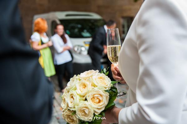 die Braut ihr brautstrauss und ein glas sekt