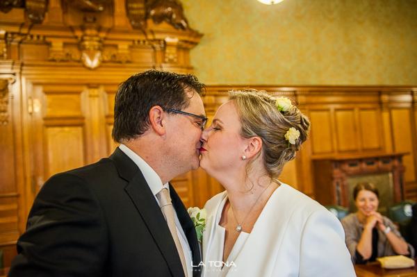 das Brautpaar küsst sich im standesamt fürth