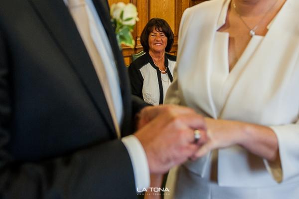 Mutter des Bräutigam freut sich