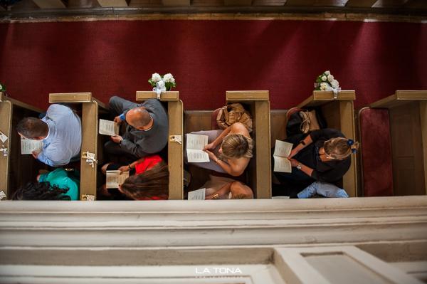 hochzeitsgäste in der kirche von oben
