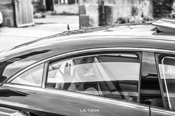 Braut kommt im Auto angefahren